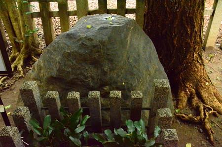 御所のへそ石