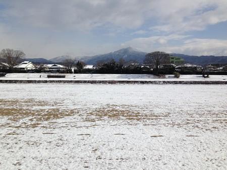 雪の賀茂川と比叡山
