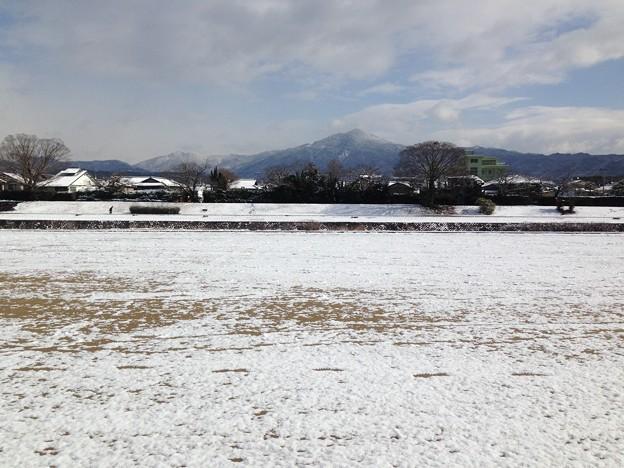 写真: 雪の賀茂川と比叡山