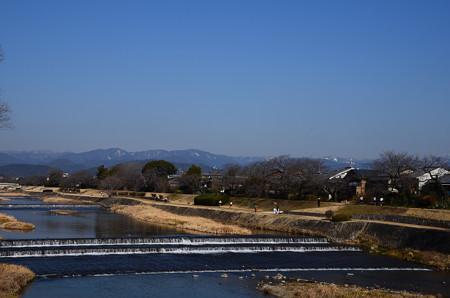 春めく賀茂川と雪の残る北山