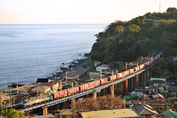 夕日を浴びて上京するEF210電機が牽引する貨物列車