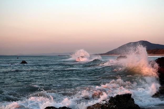 荒々しい波が打ち寄せ