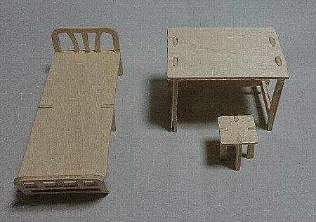 ウッドクラフト学校 保健室のベッドと机とイス