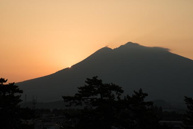 写真: 岩木山に沈む夕日(弘前城)20160813