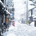 写真: 雪の街角