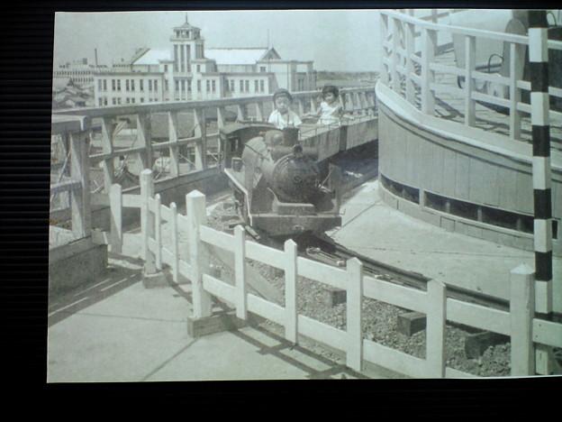 写真: デパートの屋上の遊園地