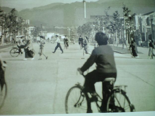 写真: 昔は車がほとんど走っていなかった