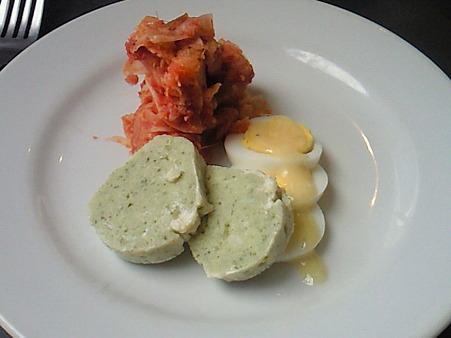 東京パリ食堂で早めのランチ。前菜は舌平目のムースです。