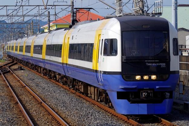 ゆっくりと館山駅1番線に進入する255系マリBe-04編成