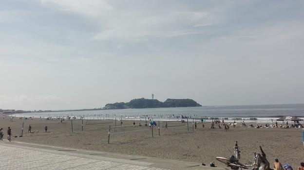 サーファーだらけの湘南の海岸(鵠沼海岸)と江ノ島