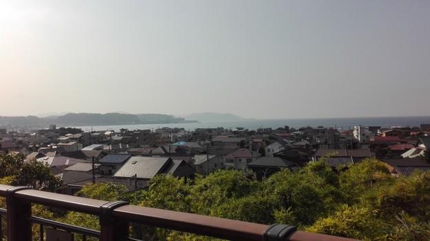長谷寺から由比ガ浜を望む。