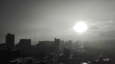 朝日に光る天気雨でスコールのように降る。