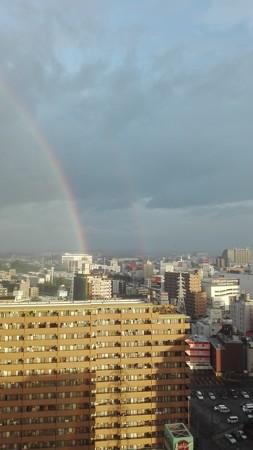 後ろを見ると二重虹。一瞬できえる。
