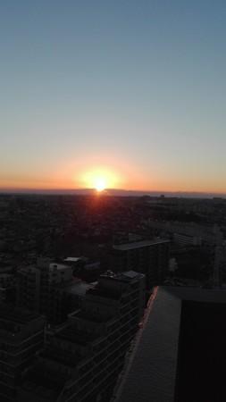 横浜ランドマークタワーから昇る初日の出