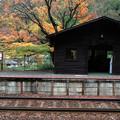 写真: 晩秋の駅舎