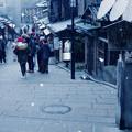雪降る二寧坂
