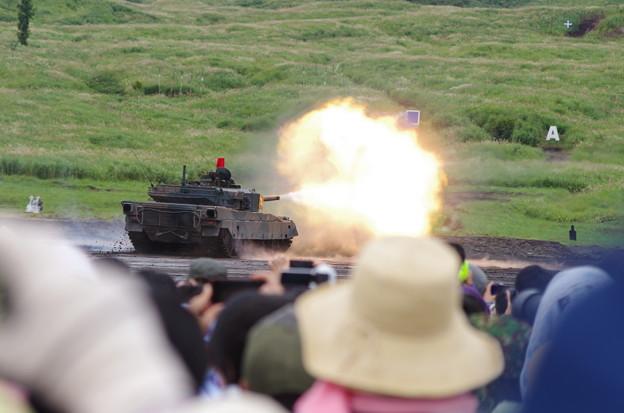 10式戦車の砲撃