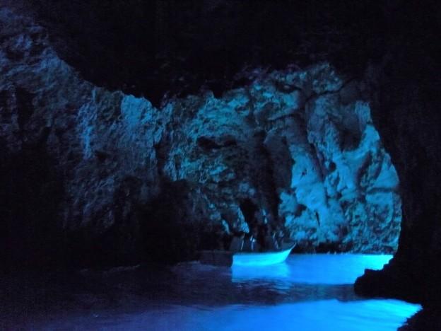写真: 蒼い洞窟と小舟