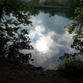 写真: 湖面に映る空模様