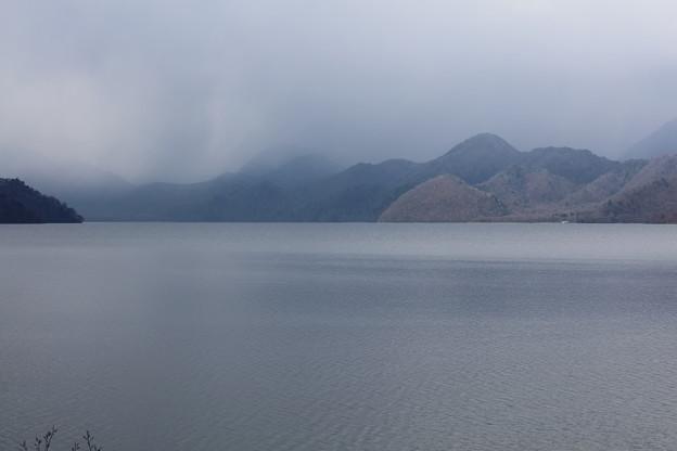 雲かかる中禅寺湖