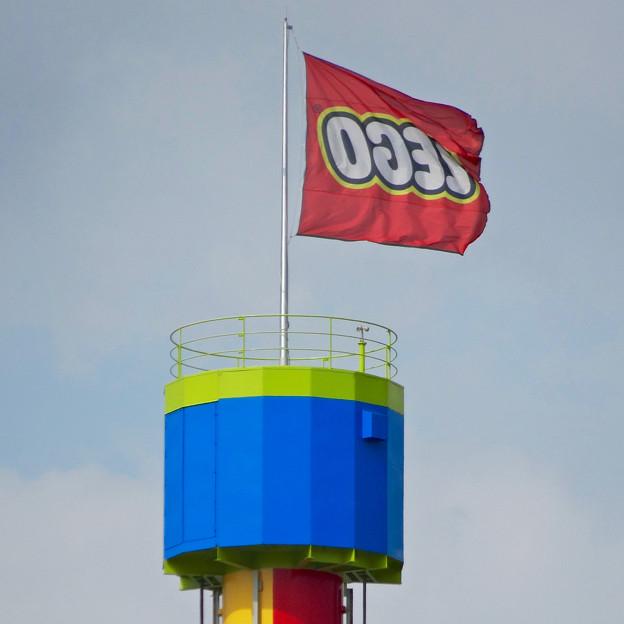 写真: 建設途中のレゴランド(2016年6月26日) - 15:塔の上ではためく『LEGO』の旗
