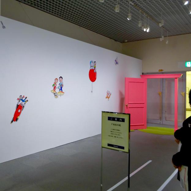 松坂屋美術館『藤子・F・不二雄展』 - 16:展示の最後に記念写真撮影コーナー(白い壁の色んなキャラと、どこでもドア)