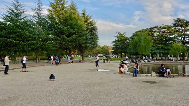 相変わらずポケモンGoをする人で賑わう、鶴舞公園 - 1