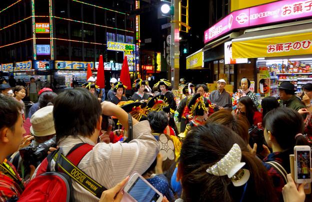 Photos: 大須大道町人祭 2016:夜の花魁(おいらん)道中 - 17(休憩&着付け等直し中)