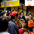 大須大道町人祭 2016:夜の花魁(おいらん)道中 - 20(休憩&着付け等直し中)