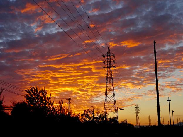 夕焼けを浴びた鱗(うろこ)雲と鉄塔 - 4