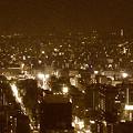 写真: ミッドランドスクエア「スカイプロムナード」から見た夜景(名古屋テレビ塔と東山スカイタワー、2012年11月23日撮影、セピア)