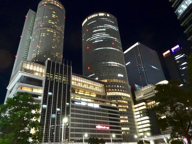 写真: ミッドランドスクエアの出入り口から見上げた、夜の名駅ビル群 - 2