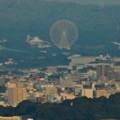 写真: ミッドランドスクエア「スカイプロムナード」から見た景色(夕方) - 32:愛・地球博記念公園の大観覧車とリニモの高架