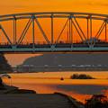 夕焼けに染まる犬山橋越しに見たライン大橋