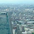 ミッドランドスクエア「スカイプロムナード」から見た景色:ルーセントタワー越しに見た三菱電機稲沢製作所のエレベーター試験塔(2012年9月) - 1