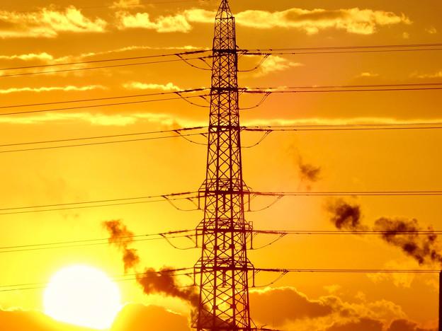 送電線の横に沈む夕日 - 2