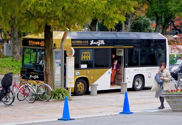 オアシス21前に止まる、なごや観光ルートバス「メーグル」