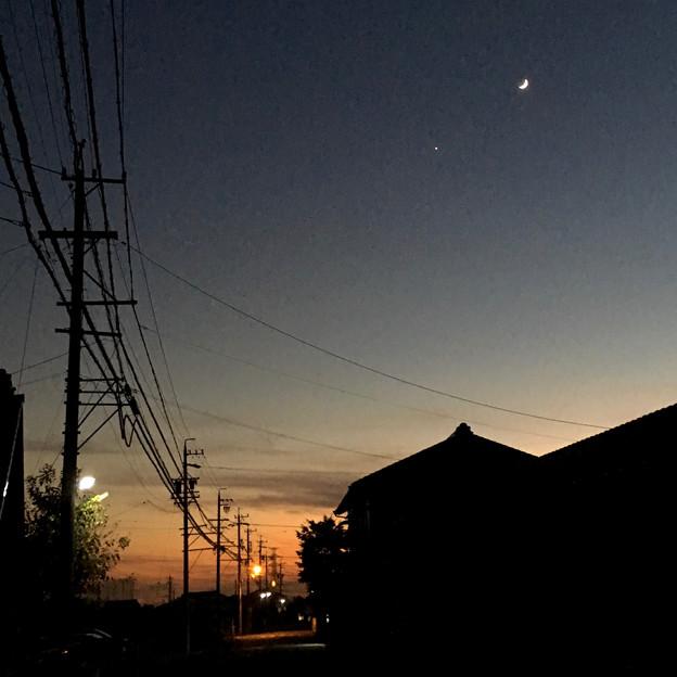 iPhoneで撮影した、三日月と並んで輝く「宵の明星」(金星) - 5