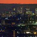 アピタ高蔵寺店屋上から見た景色(夕暮れ時) - 10:王子製紙の煙突越しに見えた名駅ビル群
