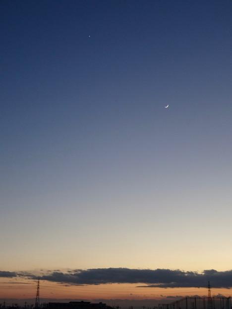 元旦(2017年1月1日)の空に並んで輝く、三日月と金星 - 1