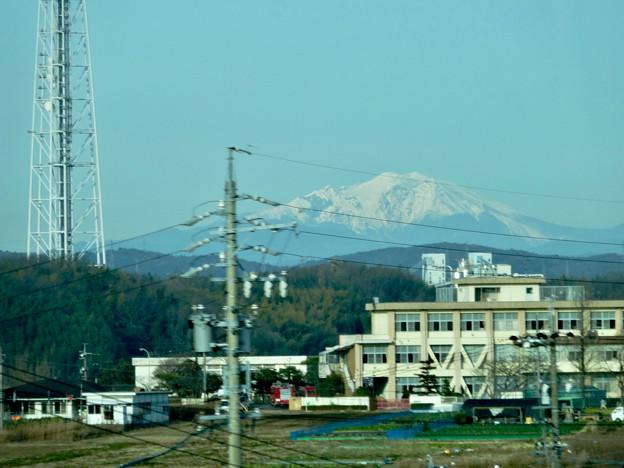 リニモ車内から見えた、雪を戴く御嶽山 - 2