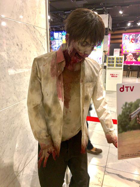 ドコモ・スマートフォン・ラウンジ名古屋の「dTV VR体験ラウンジ」 - 2:記念撮影用(?)のゾンビ