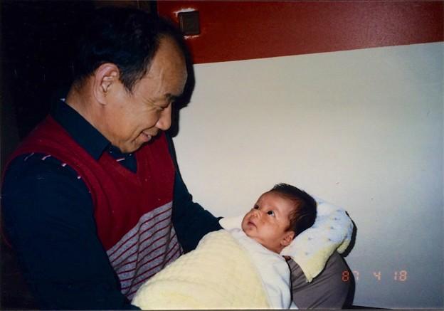 Photos: 祖父に抱かれて。