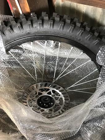 前輪のブレーキローターに付いているマグネットを付け替え