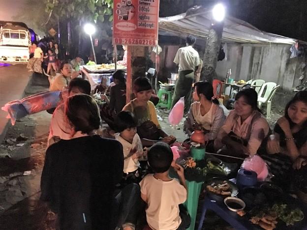 ミャンマー お寺の参道でのお祭り騒ぎ(笑) (16)