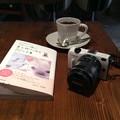 写真: コーヒーと本とカメラ