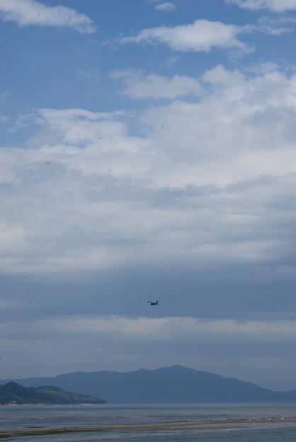 写真: 瀬戸内の空を飛ぶ
