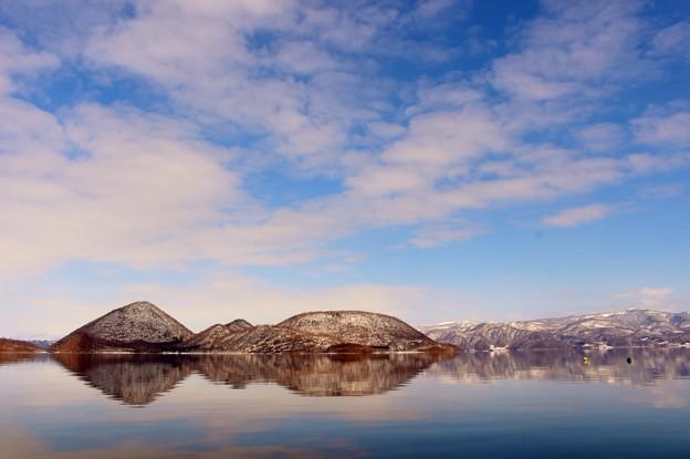 湖と島と空