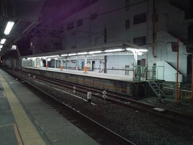 夜、列車が出て行きひとけのない西新井駅大師線ホーム。