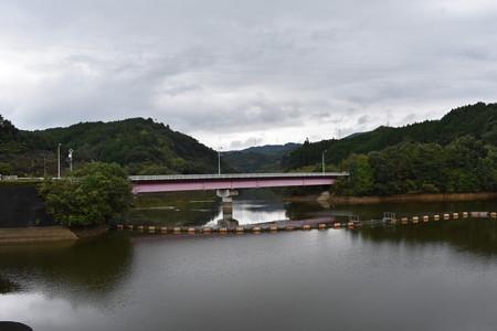 ダム湖と橋